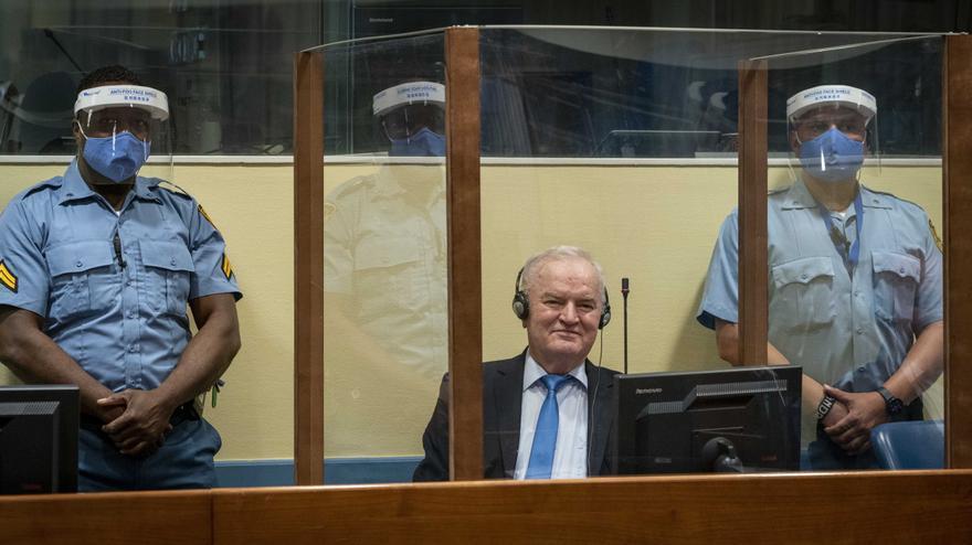 La justicia internacional ratifica la cadena perpetua de Mladic por genocidio