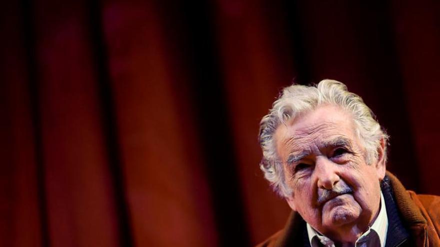 """Mujica dice que luchar por democracia es luchar """"por una civilización"""""""