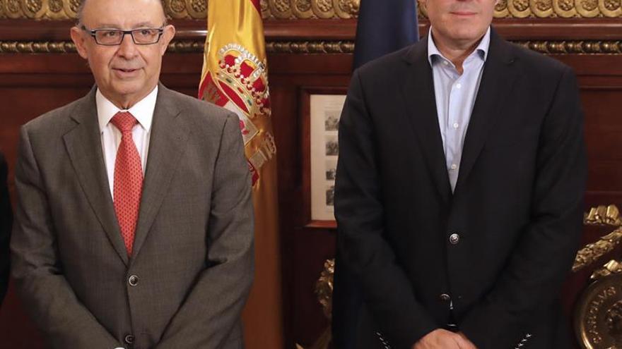 El ministro de Hacienda, Cristóbal Montoro (i), recibe al presidente del Gobierno de Canarias, Fernando Clavijo (d)