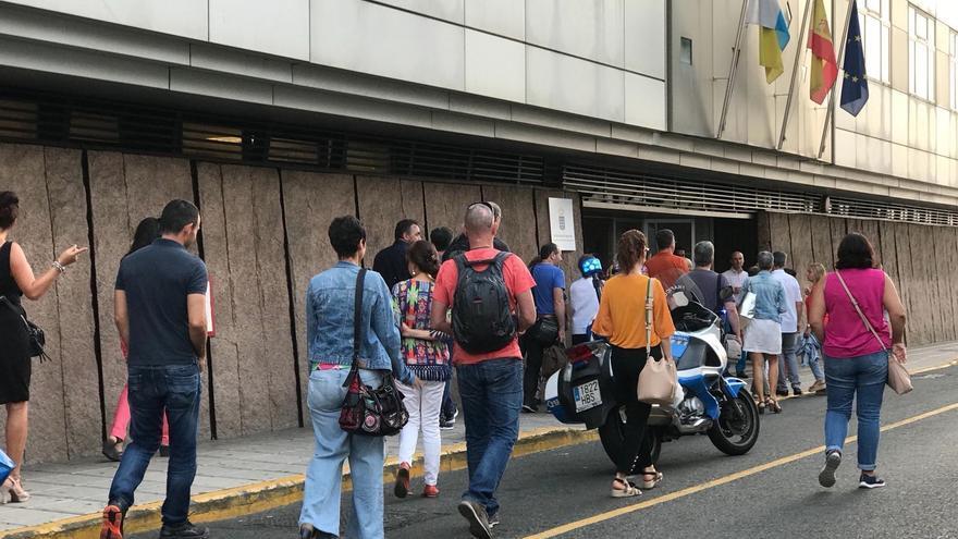 Los funcionarios vuelven a la sede de la Consejería de Educación tras la falsa alarma por escape de gas. Policía Local