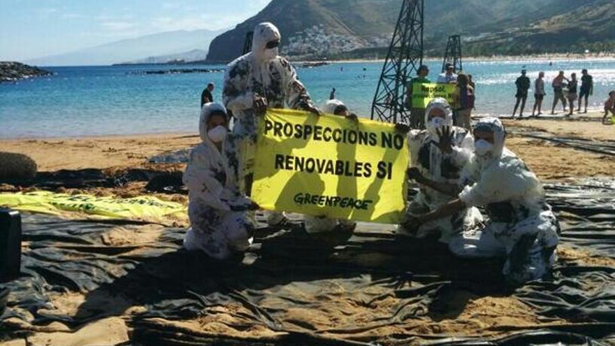 Simulación de Greenpeace de un vertido de petróleo en la playa de las Teresitas en Tenerife.