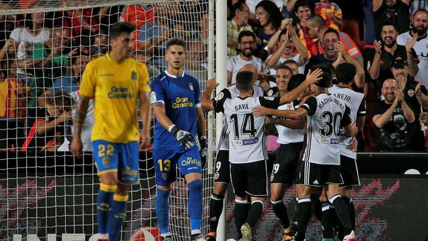 Los jugadores del Valencia CF celebran el primer gol de su equipo frente a UD Las Palmas. EFE/Manuel Bruque