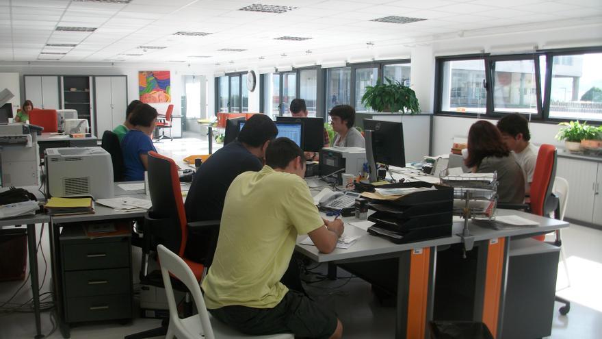 Un grupo de alumnos se matricula en la secretaría de la Facultad de Comunicación y Ciencias Sociales en la UPV en Leioa.