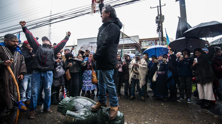 Manifestantes simbólicamente agreden una estatua de Pedro de Valdivia, militar y conquistador español, en Temuco (Chile)