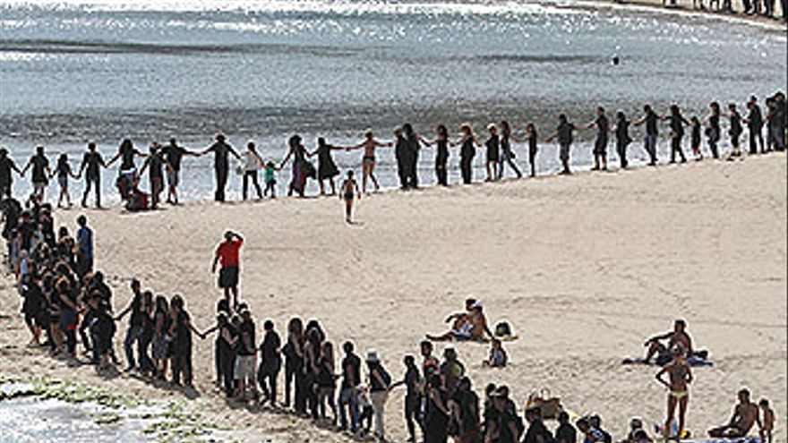 Cadena humana contra el petróleo en Lanzarote. (ACFI PRESS)