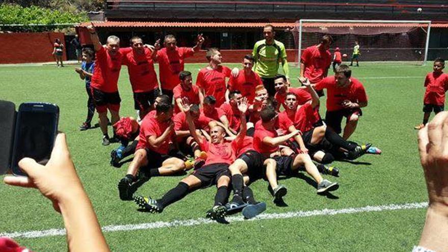 En la imagen, los jugadores del Mensajero, este dominto, tras ganar al Telde y proclamarse campeón del grupo XII de la Tercera división. Foto: Antonio Hernández Riverol