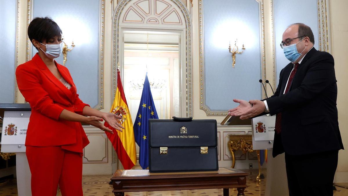 La nueva ministra de Política Territorial, Isabel Rodríguez, recibe la cartera ministerial de su predecesor, Miquel Iceta, el pasado lunes.