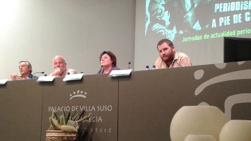 Los tres periodistas, en la mesa redonda celebrada en Vitoria, junto al moderador.