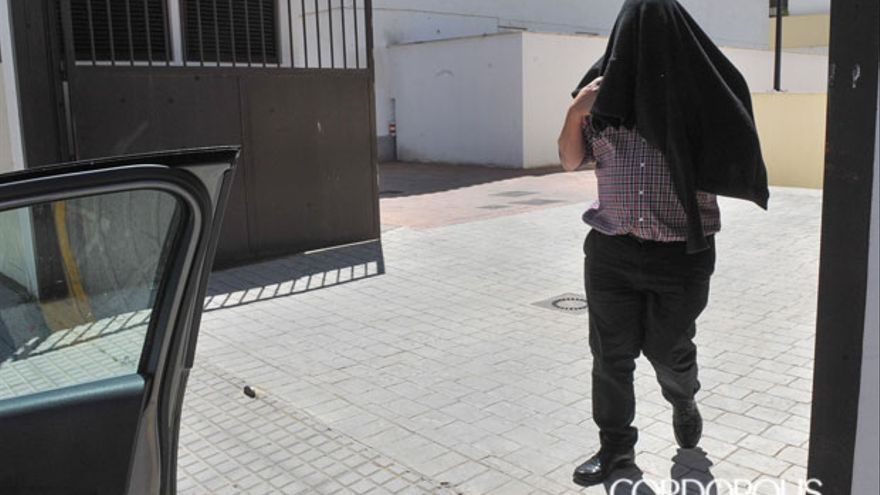 El sacerdote Ignacio Mora Vilaltella saliendo de la comandancia de la Guardia Civil esta tarde | JESÚS FUNES