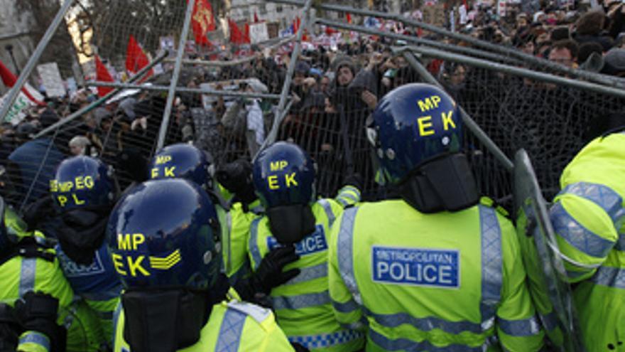Enfrentamientos entre estudiantes universitarios y policía en Londres