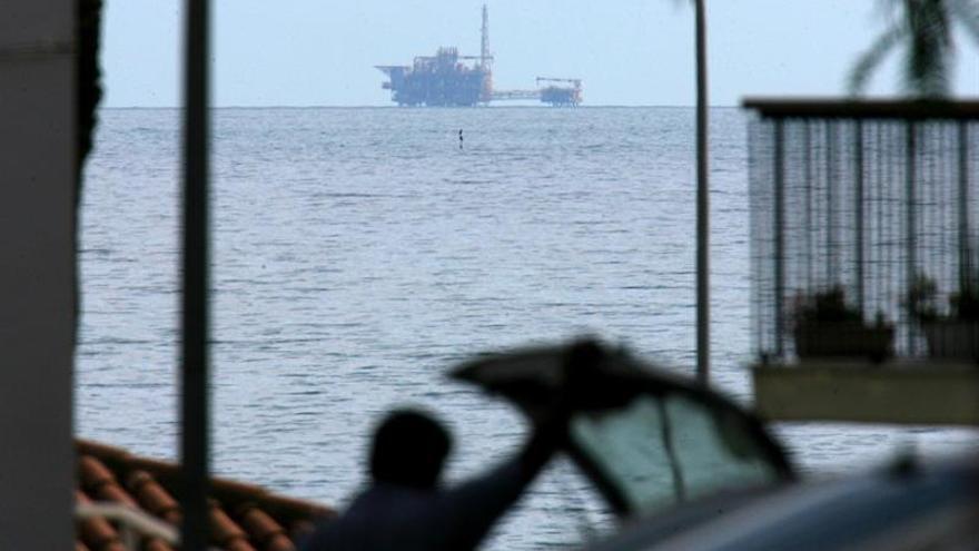 El almacén de gas promovido por Gas Natural en Cataluña se observa claramente desde la costa.