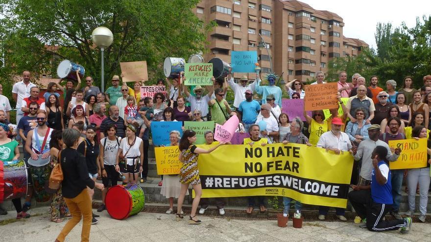 Manifestación para acoger a refugiados en Tres Cantos, en las gradas de la plaza Antonio Gala