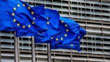 Banderas de la Unión Europea (UE) ondean frente a la sede de la Comisión Europea en Bruselas, Bélgica.