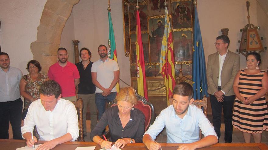 Ignasi Garcia (Compromís), Amparo Marco (PSPV), Fernando Navarro (Unides Podem), durante la firma del Pacte de Fadrell