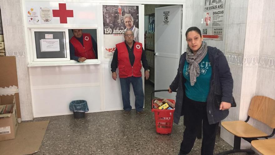 Dalila recoge un lote de comida en una sede de Cruz Roja