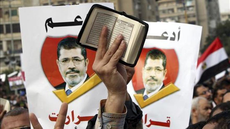 Un manifestante muestra una página del Corán durante una movilización a favor del presidente egipcio, Mohamed Mursi / EFE