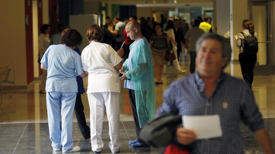 Varios profesionales sanitarios en los pasillos de una consulta en una foto de recurso / P. LORENZANA