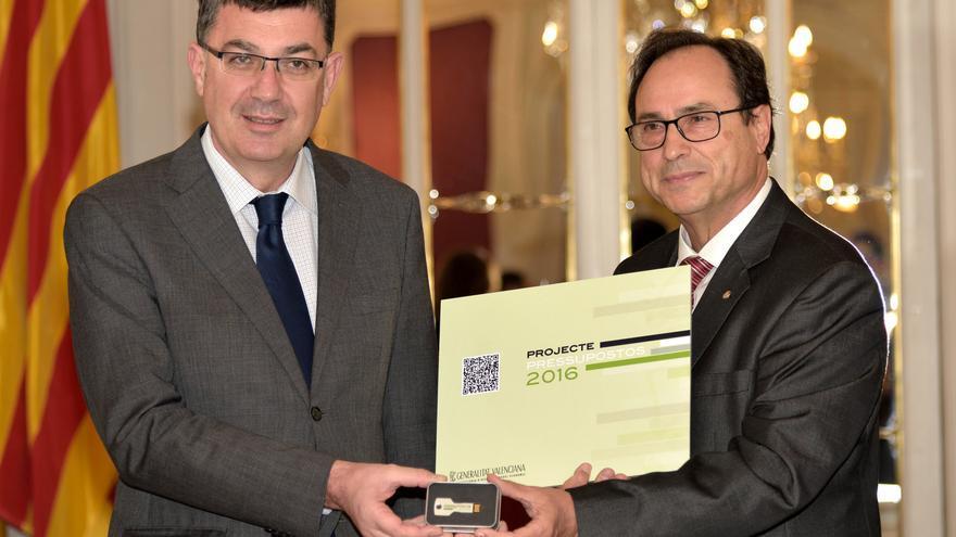 El conseller Vicent Soler entrega los presupuestos al presidente de las Corts, Enric Morera