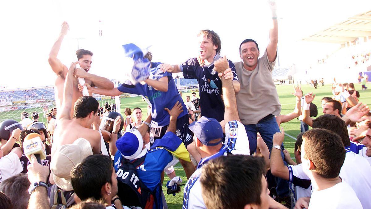 Alegría incontenible de jugadores y aficionados del CD Tenerife.