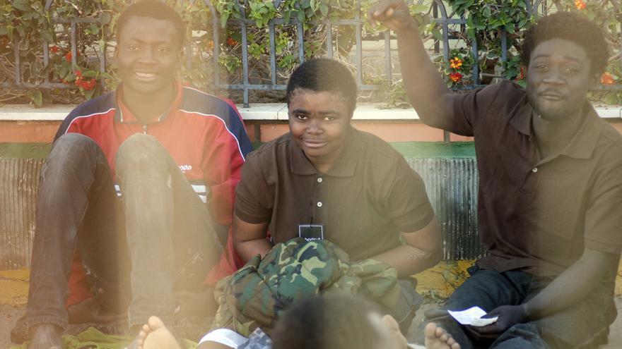 Mirelle, acompañada de algunos de sus compatriotas cameruneses con los que ha convivido en el monte Gurugú./ Blasco de Avellaneda