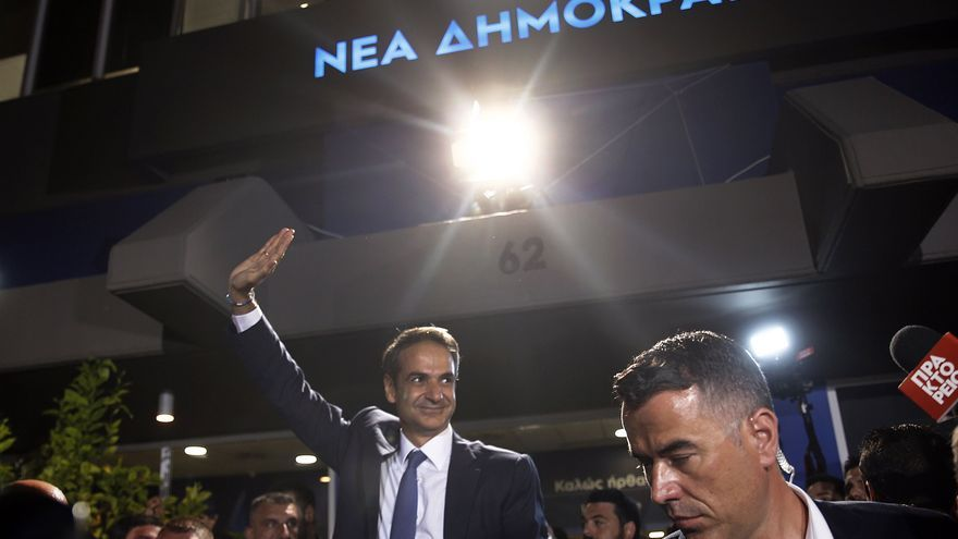 Athens (Greece), 07/07/2019.- Kyriakos Mitsotakis (C), leader of conservative New Democracy party (ND) greets supporters after the announcement of the exit polls of the general elections,outside of the party offices, in Athens, Greece, 07 July 2019. The result (100 pct of sample) of the first exit polls for the 2019 general elections in Greece were released after the closing of the polls at 19:00 on Sunday. They indicate a victory by a substantial margin for New Democracy, which is seen getting an absolute majority in parliament. (Elecciones, Grecia, Atenas)