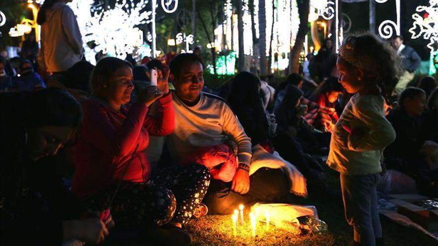 """Juegos pirotécnicos, velas y faroles iluminan la """"Noche de velitas"""" en Colombia"""