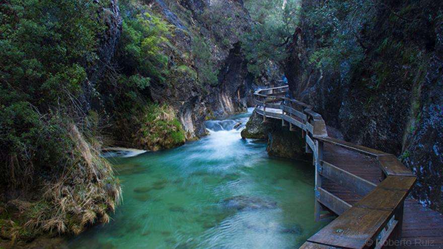 Una pasarela de madera permite el paso a lo largo de la Cerrada de Elías.