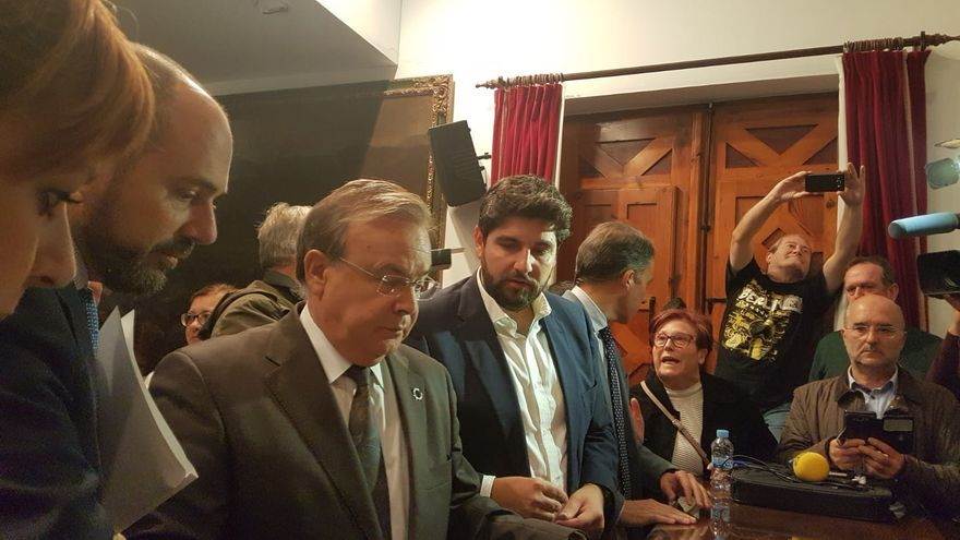 El consejero de Fomento, Patricio Valverde, firmando los compromisos adoptados con los vecinos de Lorca, junto al presidente de Murcia, Fernando López Miras