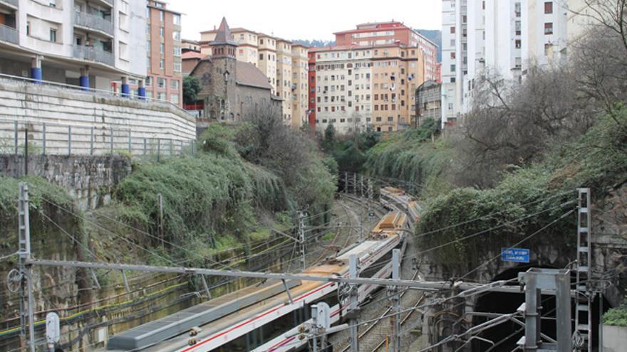 La vegetación crece salvaje en los márgenes de la trinchera de Renfe en Bilbao. G. A.