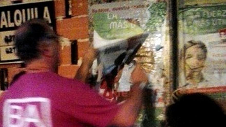 Antonio Manzano retira los carteles, como prometió en la campaña electoral / Twitter @BadajozAdelante