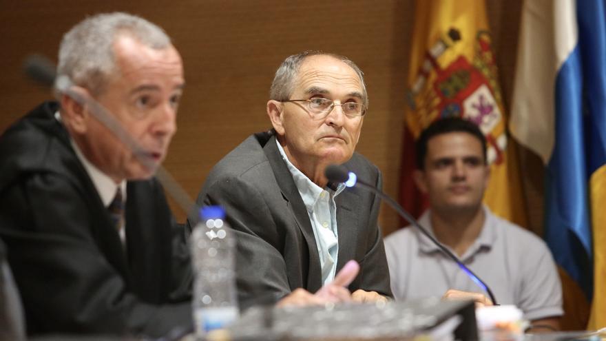 Silverio Matos, exalcalde de Santa Lucía de Tirajana, junto a su abogado en el juicio del caso Palmera. (ALEJANDRO RAMOS)
