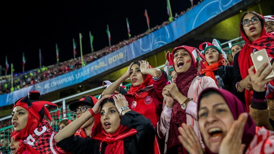 © Forough Alaei. 'Crying for Freedom', serie ganadora del primer premio en la categoría 'Deportes'. Mujeres siguen el partido de la Copa de la Liga de Campeones de la AFC entre Persépolis de Irán y Kashima Antlers de Japón desde una sección segregada del Estadio Azadi, Teherán.