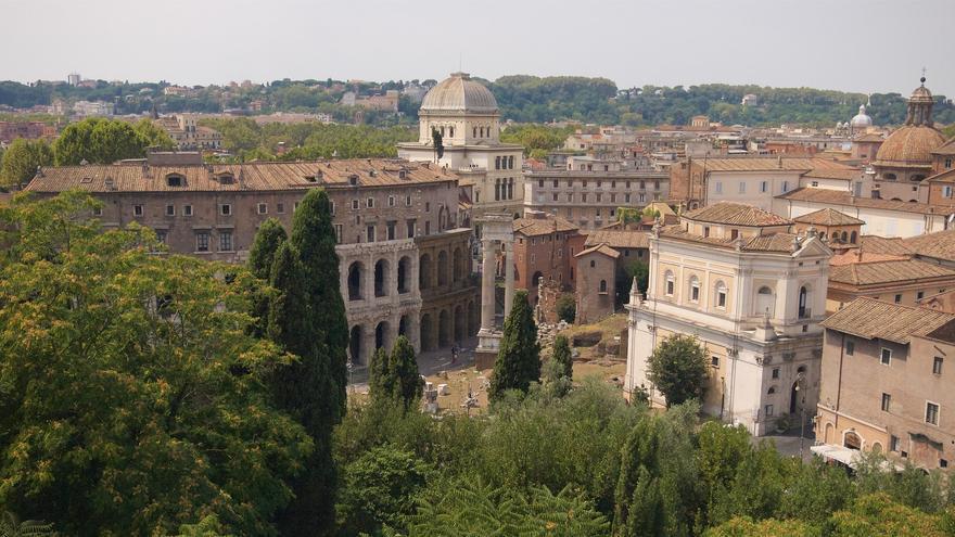 Desde el palatino la Cúpula de la Gran Sinagoga de Roma emerge junto a las arcadas del Teatro de Marcelo.