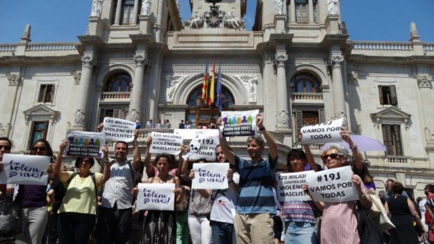Concentración en la plaza del Ayuntamiento de València contra la violencia machista