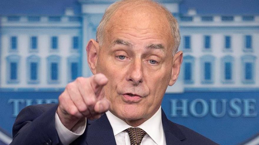 El jefe de gabinete de Trump comparece para asegurar que no se va ni lo echan