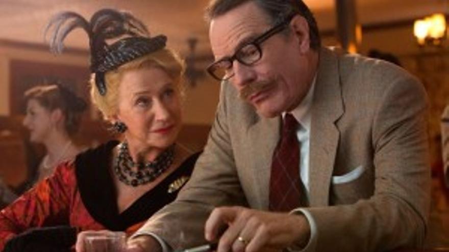 El escritor Dalton Trumbo acosado por la columnista Hedda Hopper en la película sobre la  Caza de Brujas del Macartismo