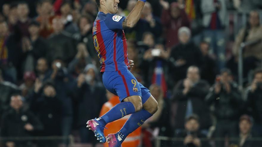 Luis Suárez celebra uno de los goles azulgranas en la goleada ante el Sporting.