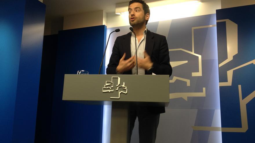 El portavoz del grupo parlamentario del PP, Borja Eemper, comparece ante la prensa en la Cámara vasca.