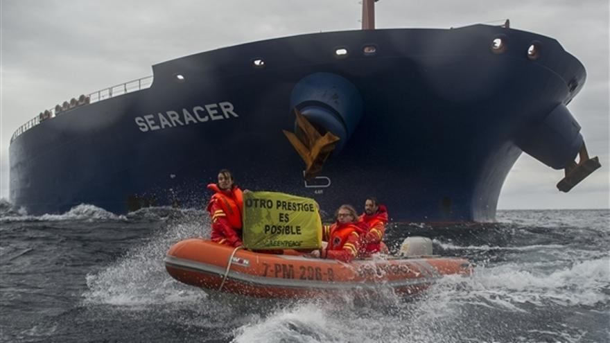 Activistas de Greenpeace protestan frente a un petrolero cerca de la costa cantábrica.