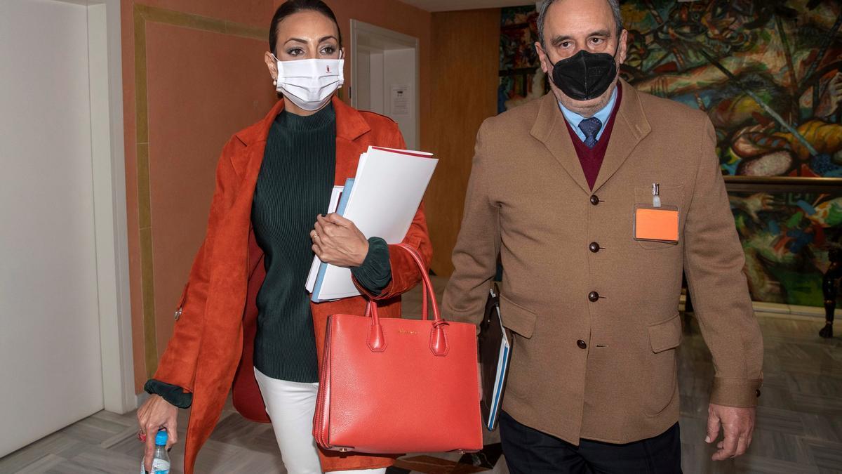 La consejera tránsfuga de Ciudadanos Valle Miguélez, acompañada por el notario Miguel Ángel Cuevas, tras la reunión que mantuvieron los seis diputados de Ciudadanos en la Asamblea Regional el miércoles 7 de abril en Cartagena.