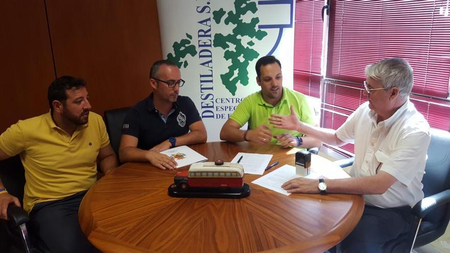 Un momento de la firma del acuerdo entre La Destiladera y Transporte Insular.