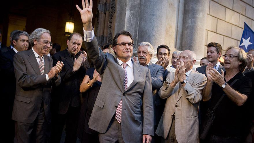 Artur Mas saluda a la entrada del Palau de la Generalitat (Edu Bayer)