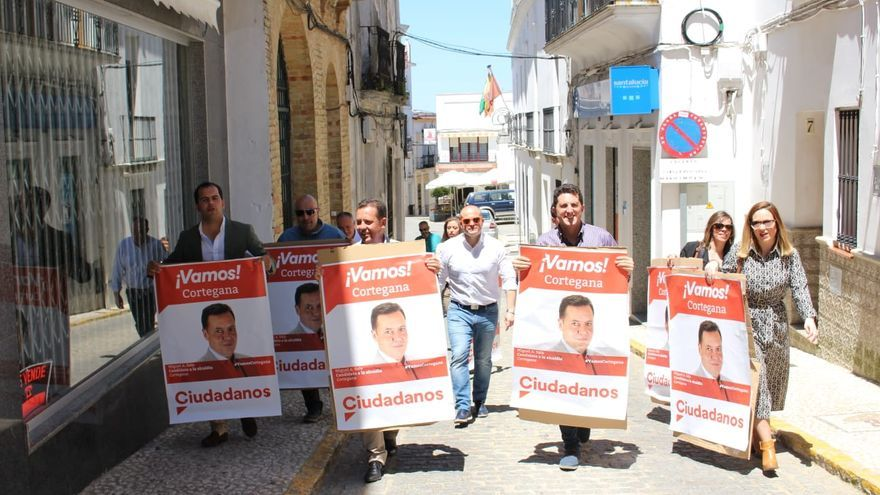 Los miembros de Ciudadanos recorriendo las calles de Cortegana con los carteles.