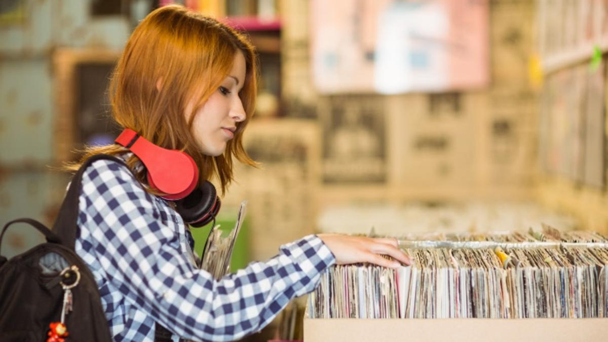 Una mujer compra vinilos en una tienda especializada en 2017.