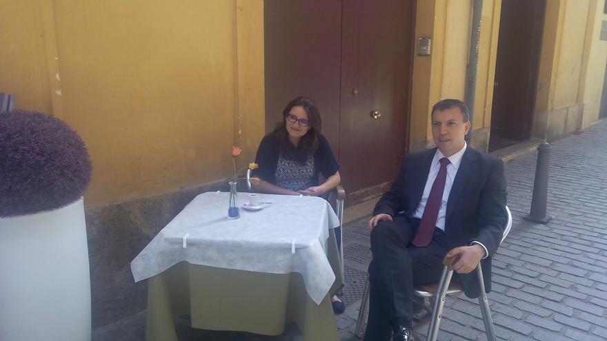 Joaquim Bosch sentado en una terraza junto a la candidata de Compromís, Mónica Oltra