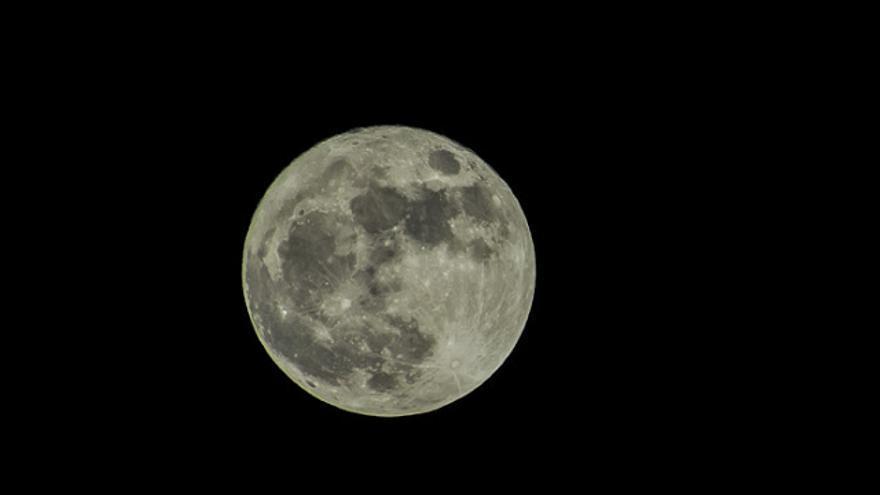 La Superluna lució con todo su esplendor. Foto: JOSÉ F. AROZENA