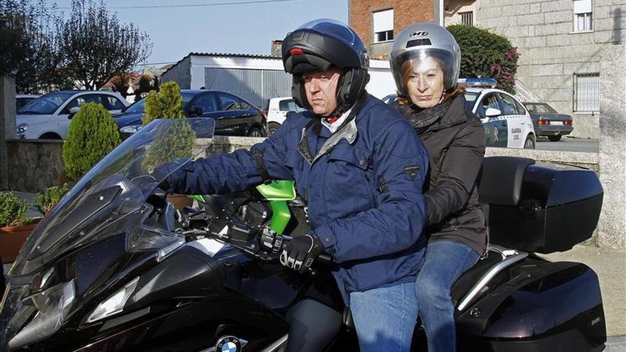 Ana Pastor se da una vuelta en moto y escucha las peticiones del colectivo