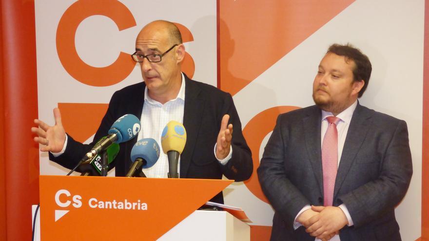 Félix Álvarez y Rubén Gómez, representantes de Ciudadanos en Cantabria, en rueda de prensa.