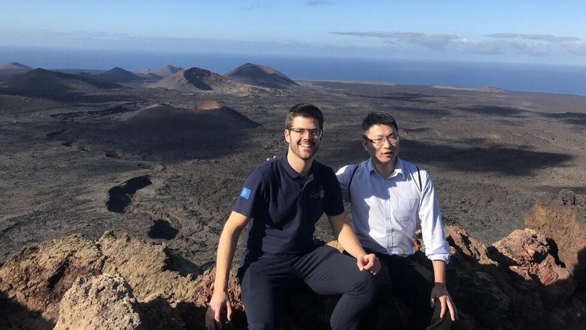 Ortega, con la contraparte china del proyecto, en Lanzarote