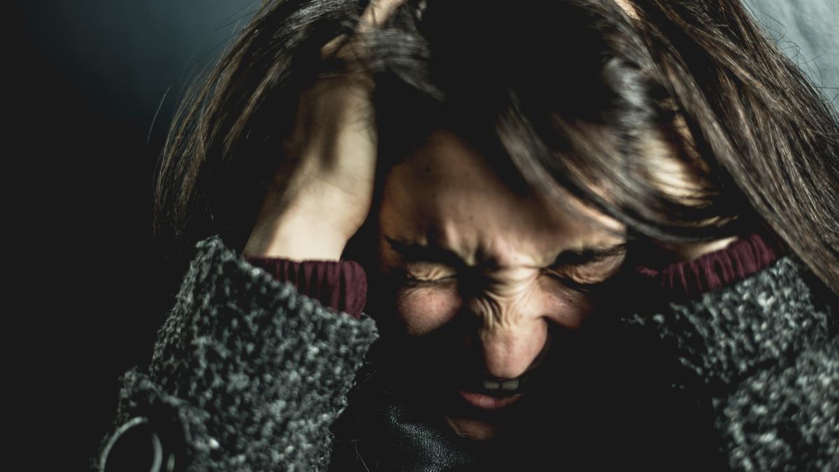 Una mujer con migraña.